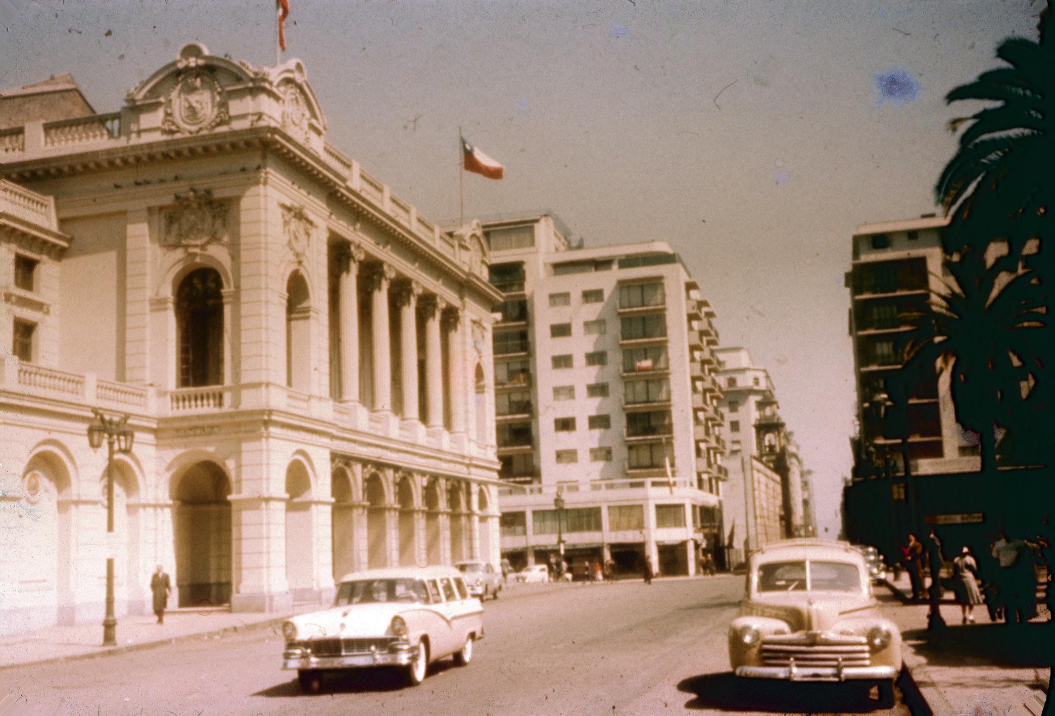 Enterreno - Fotos históricas de chile - fotos antiguas de Chile - Calle Agustinas, Teatro Municipal en los años 60´s