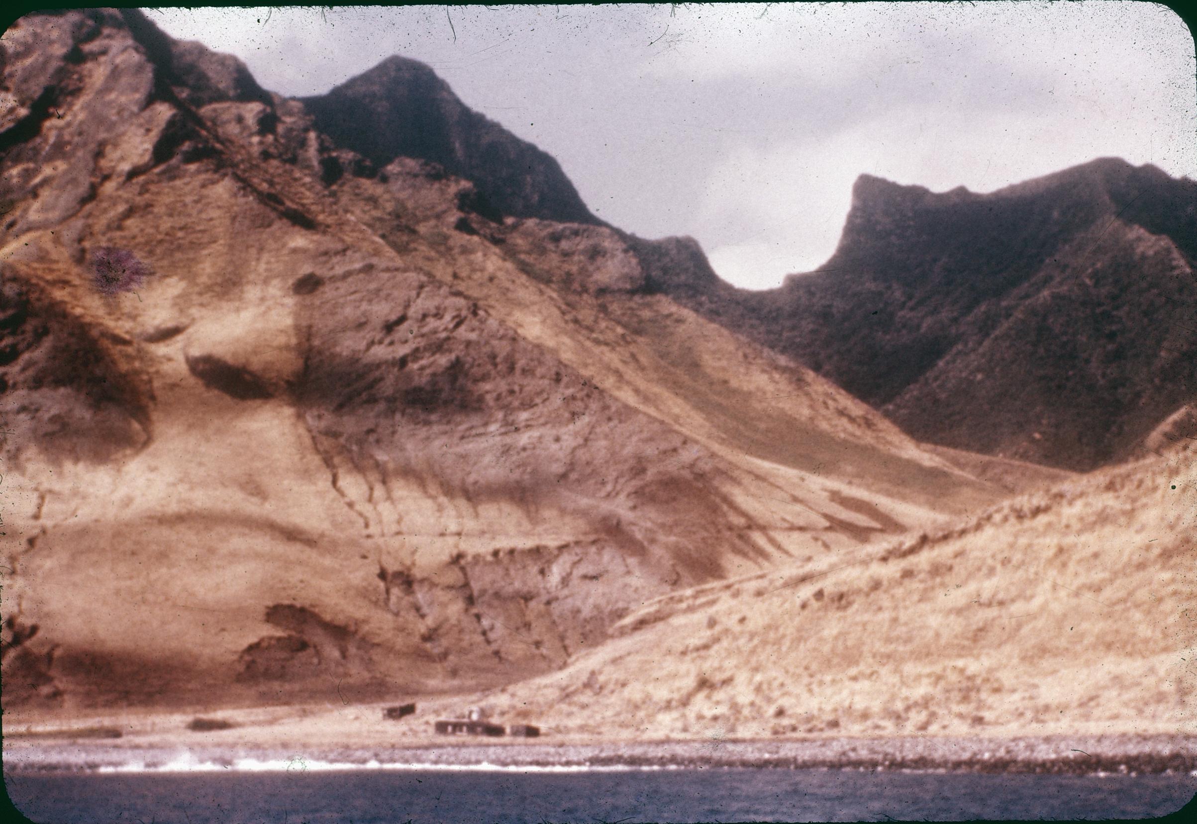 Enterreno - Fotos históricas de chile - fotos antiguas de Chile - Juan Fernández desde el mar, años 60s