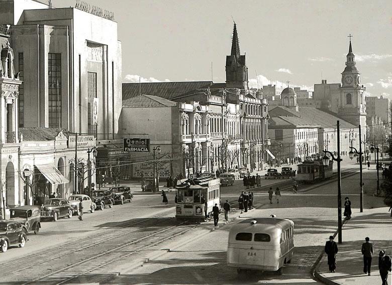 Enterreno - Fotos históricas de chile - fotos antiguas de Chile - Alameda, y la vigente iglesia de San Francisco en 1940