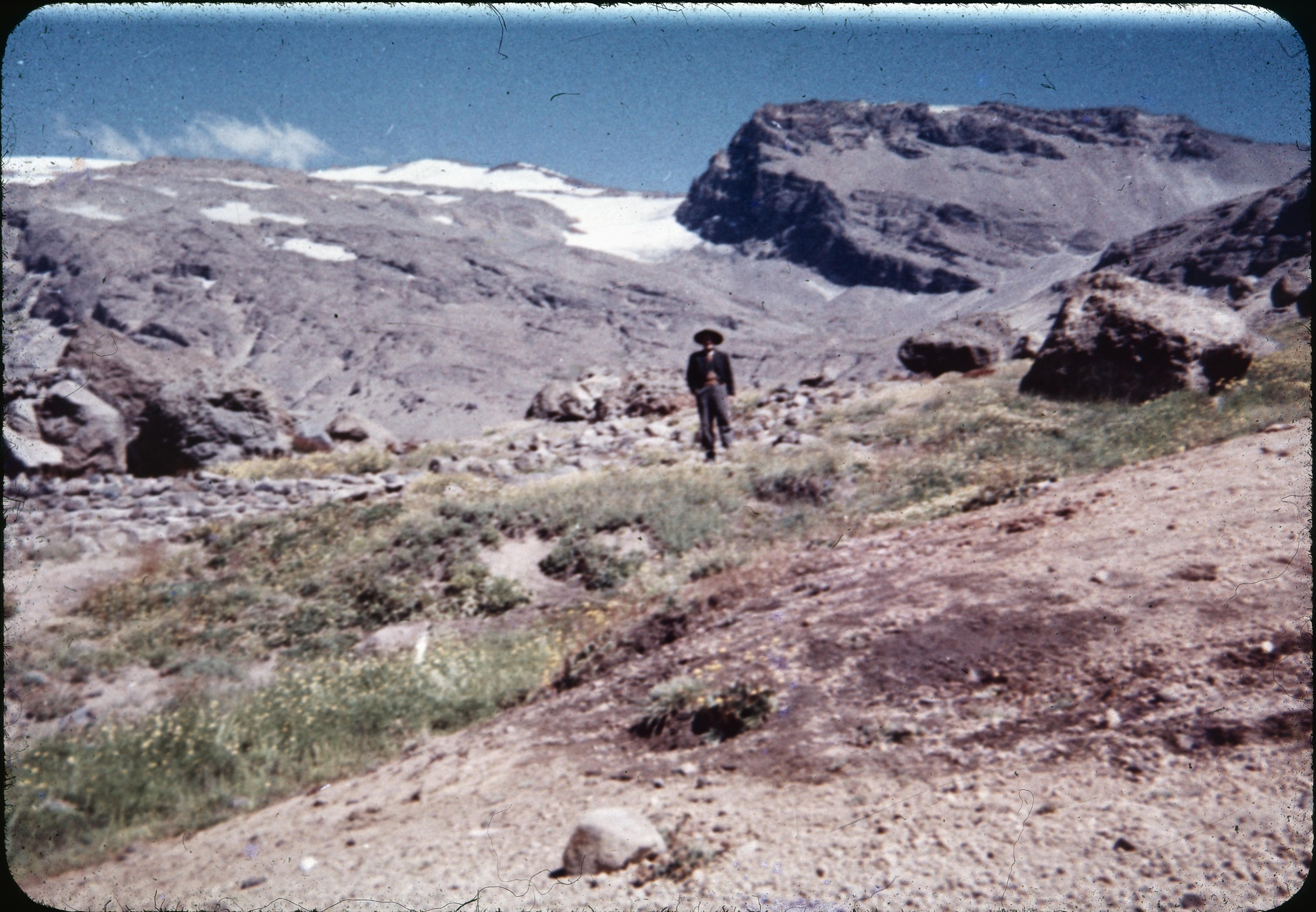 Enterreno - Fotos históricas de chile - fotos antiguas de Chile - Campesino en lugar desconocido