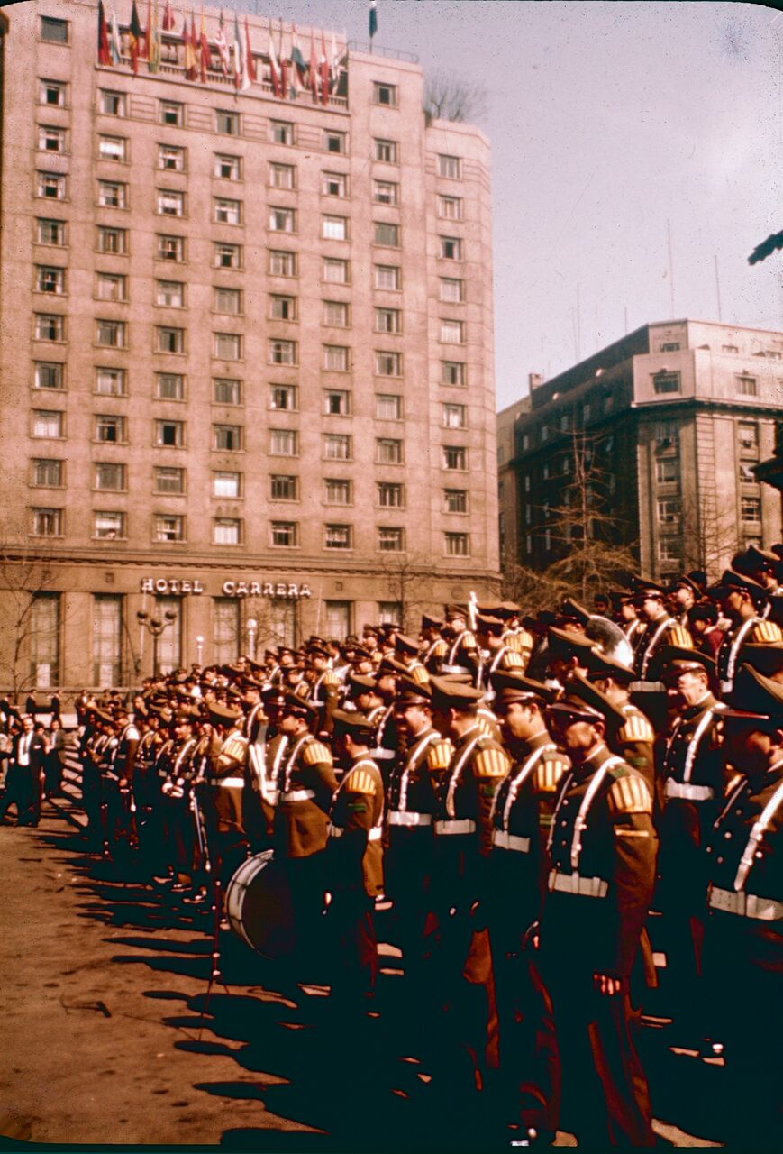 Enterreno - Fotos históricas de chile - fotos antiguas de Chile - Cambio de guardia y Hotel Carrera años 60s