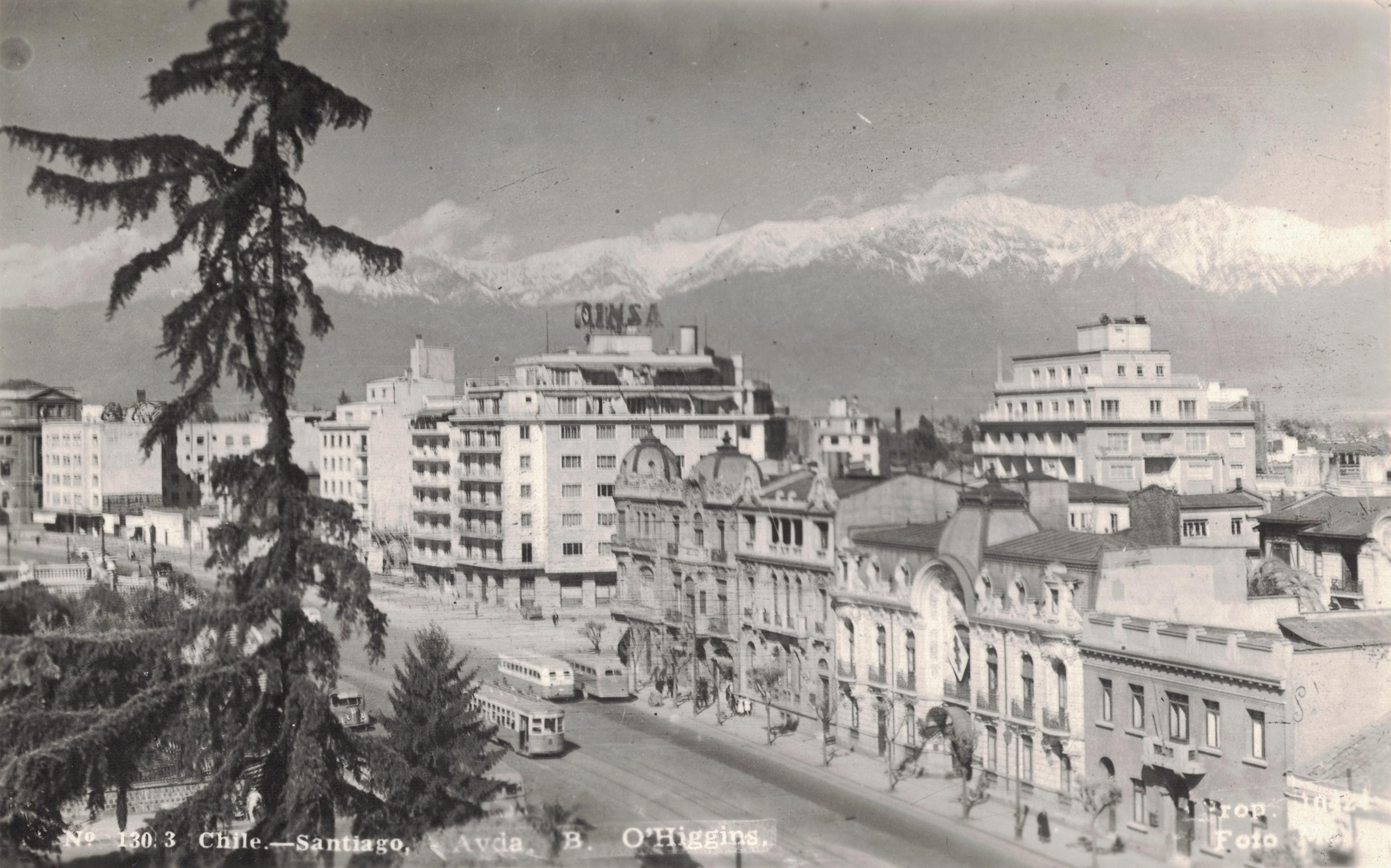 Enterreno - Fotos históricas de chile - fotos antiguas de Chile - Alameda desde la Biblioteca Nacional en los 40s