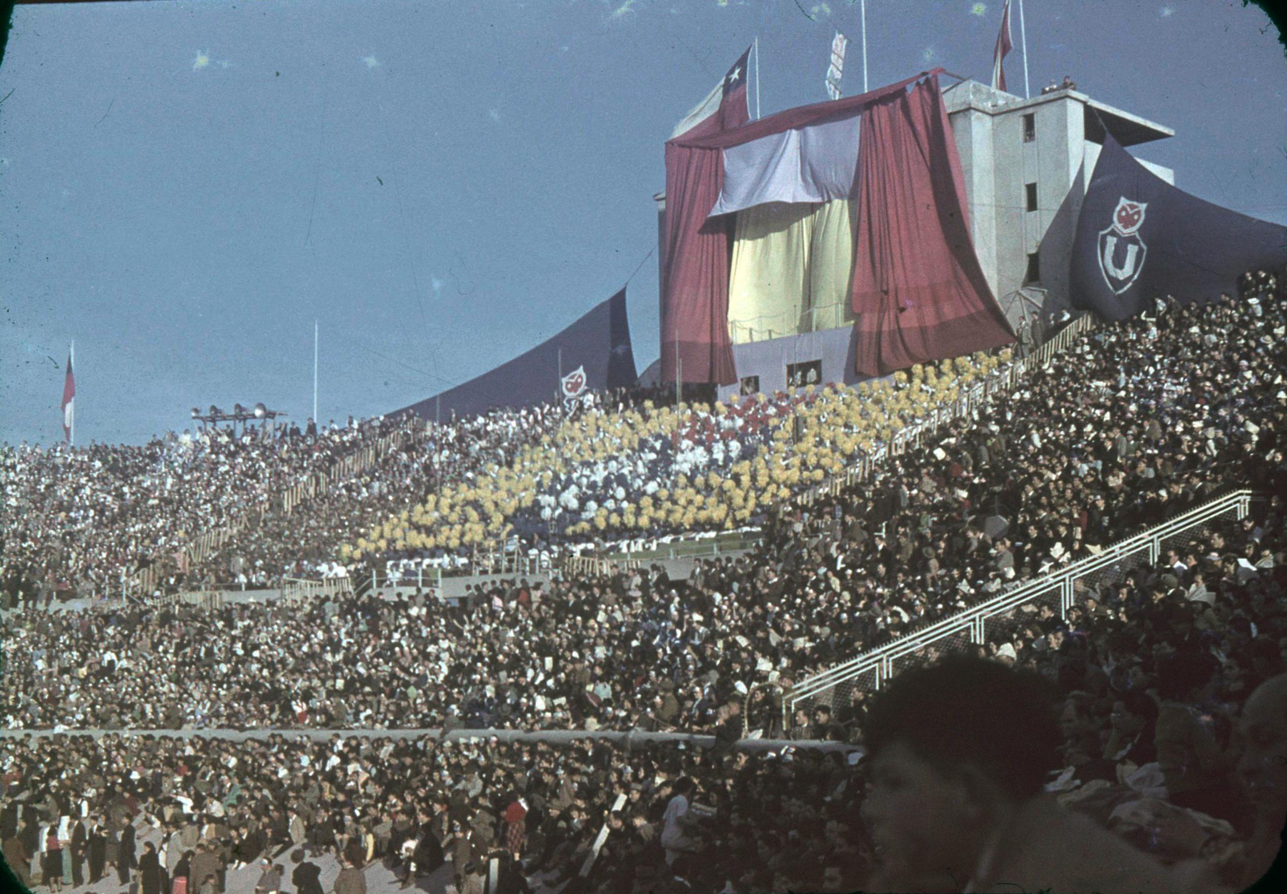 Enterreno - Fotos históricas de chile - fotos antiguas de Chile - Clásico Universitario en 1945