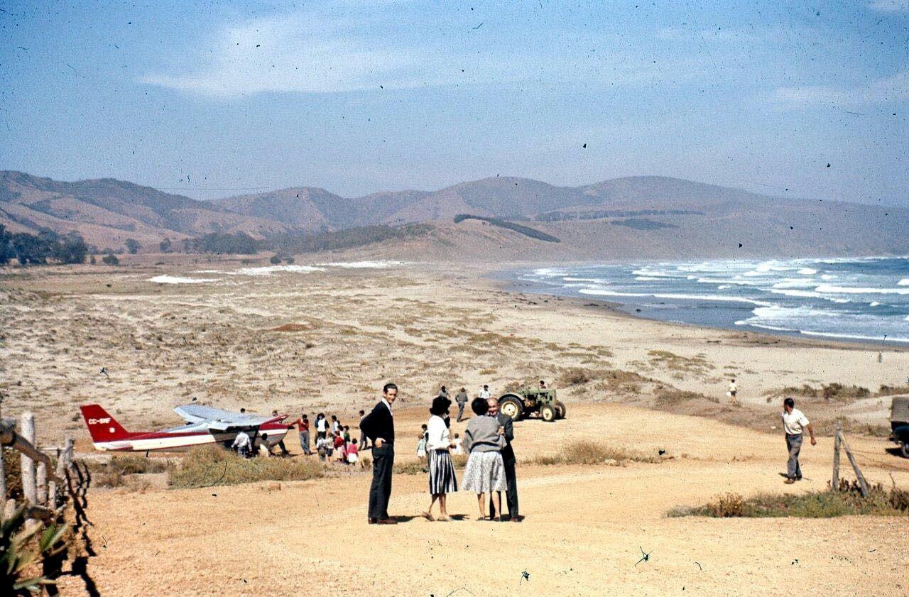 Enterreno - Fotos históricas de chile - fotos antiguas de Chile - Avioneta en la playa de Cachagua, años 60s