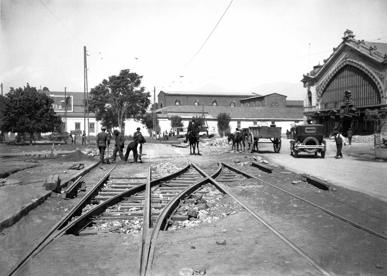 Enterreno - Fotos históricas de chile - fotos antiguas de Chile - Líneas de Tranvías frente a Estación Pirque, 1927