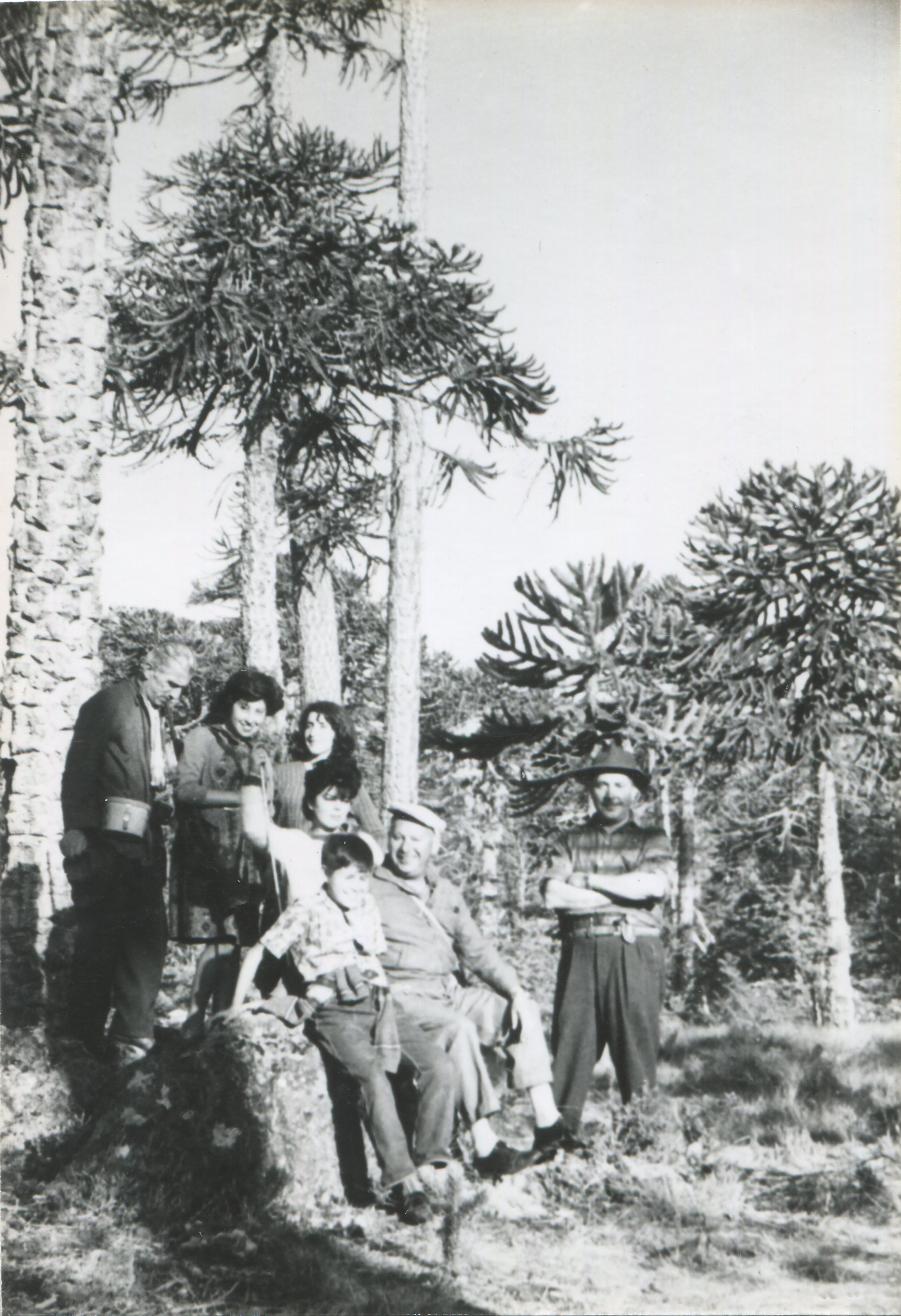 Enterreno - Fotos históricas de chile - fotos antiguas de Chile - Familia en Cordillera de Nahuelbuta, años 50s