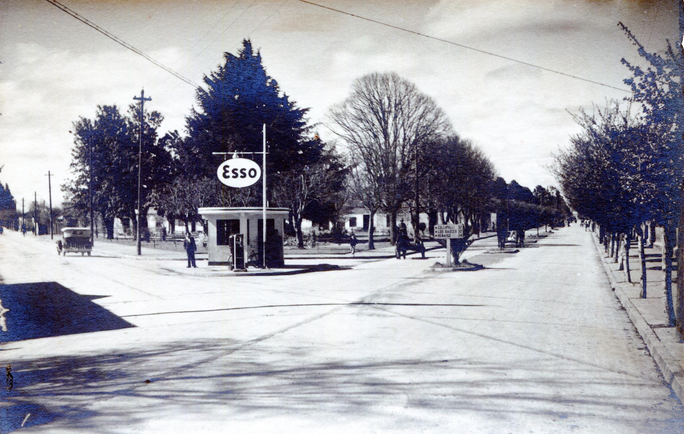 Enterreno - Fotos históricas de chile - fotos antiguas de Chile - Bomba de Bencina Esso en 1945