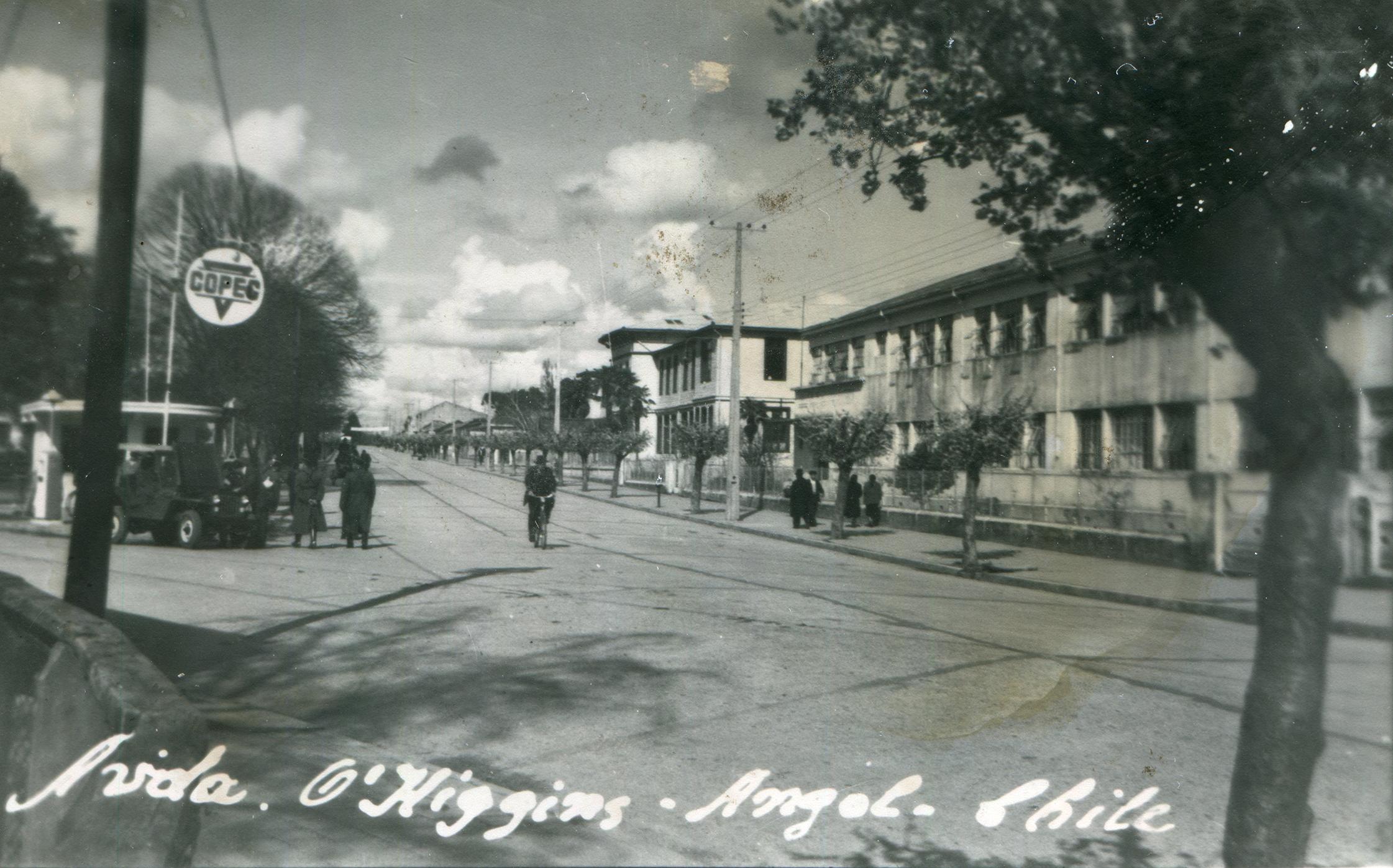 Enterreno - Fotos históricas de chile - fotos antiguas de Chile - Copec de Angol, años 50s