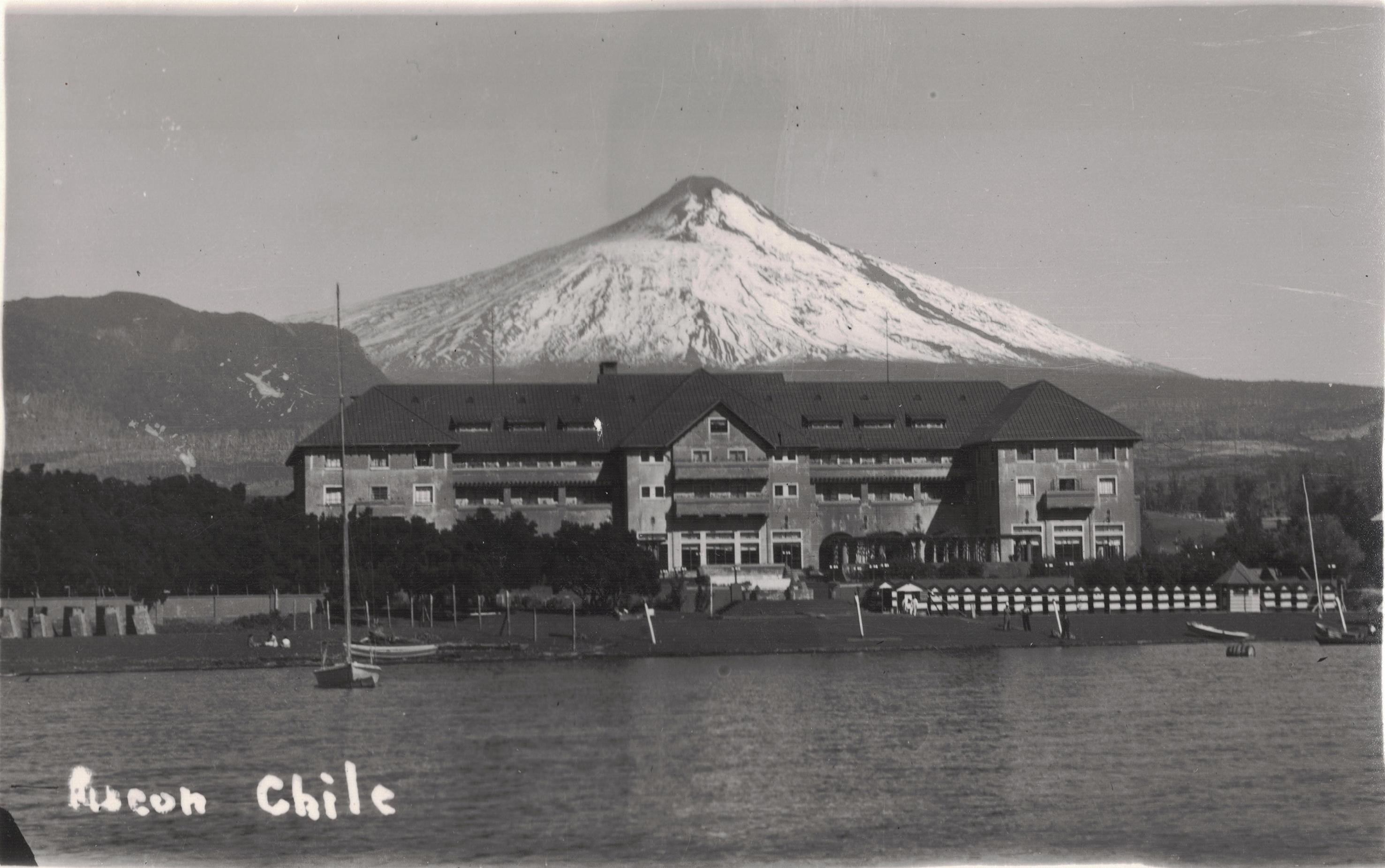 Enterreno - Fotos históricas de chile - fotos antiguas de Chile - Hotel Pucón y Lago Villarrica, años 40s