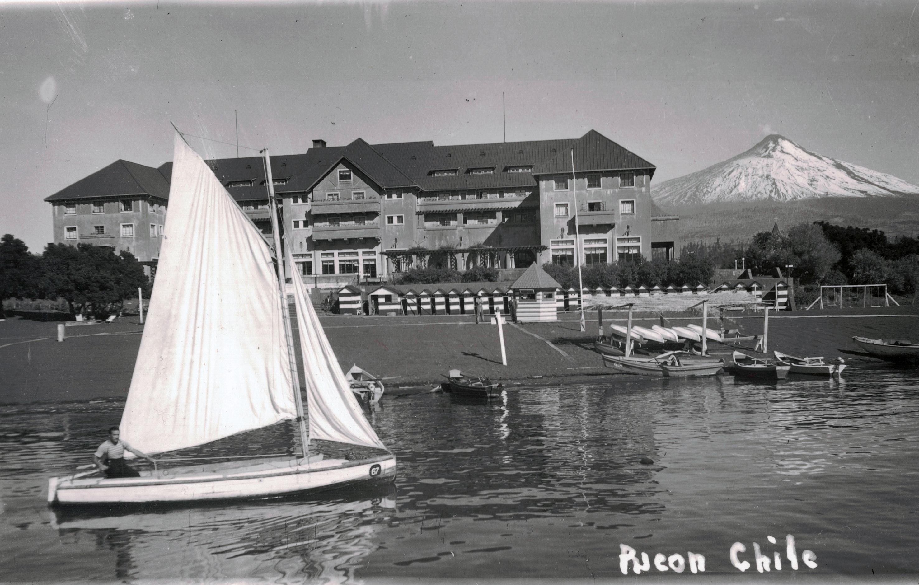 Enterreno - Fotos históricas de chile - fotos antiguas de Chile - Gran Hotel Pucón y Volcán Villarrica en los 40