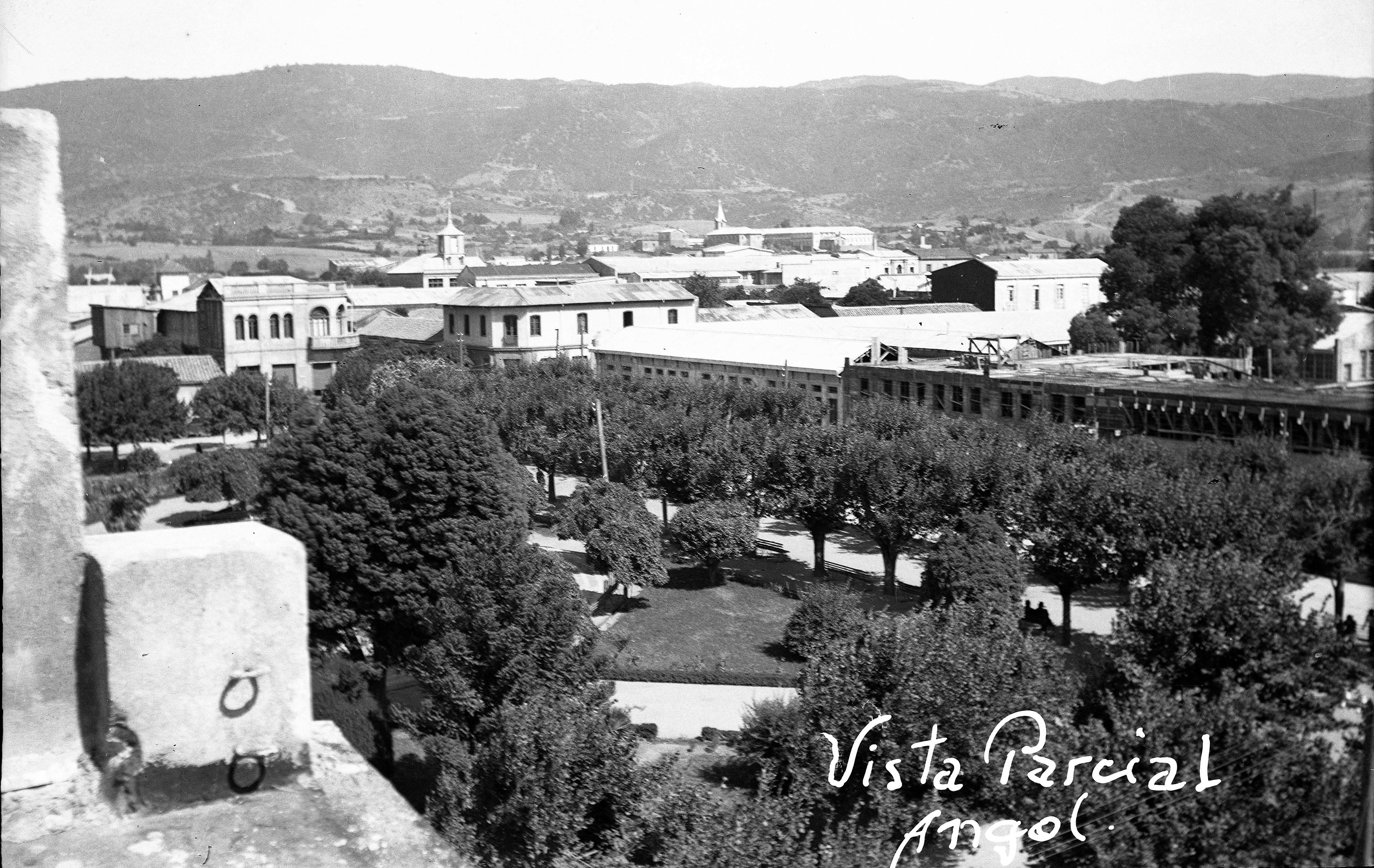Enterreno - Fotos históricas de chile - fotos antiguas de Chile - Centro de Angol en 1952