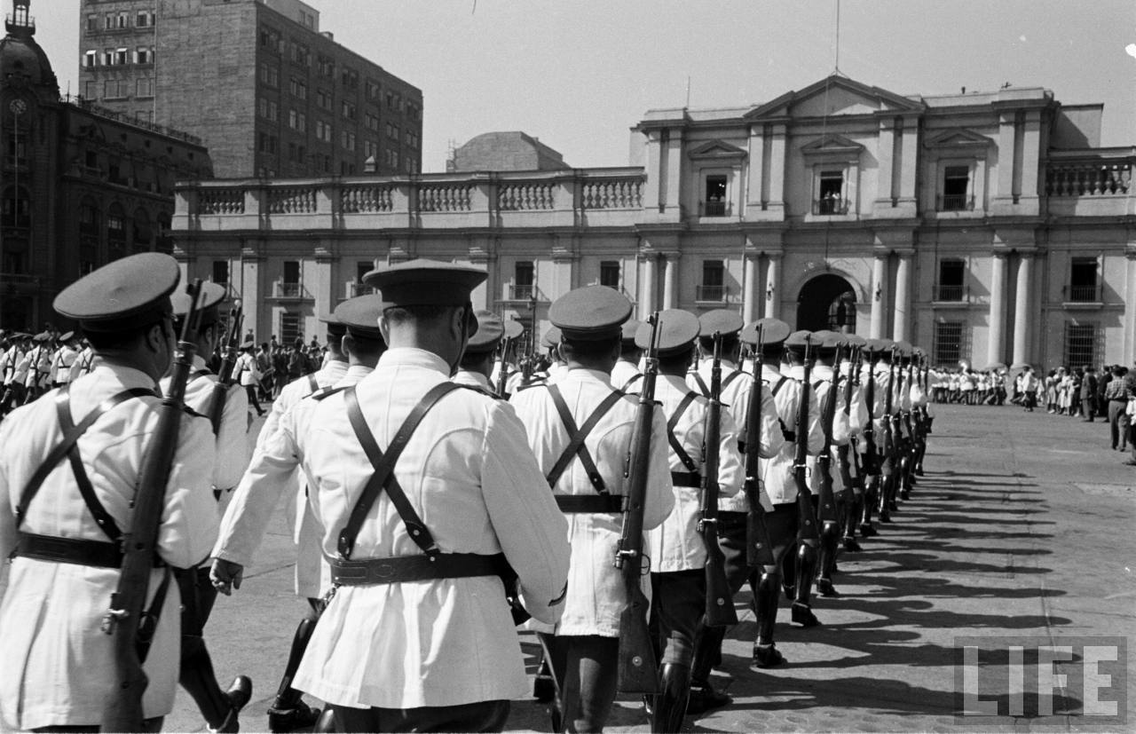 Enterreno - Fotos históricas de chile - fotos antiguas de Chile - Cambio de Guardia en La Moneda, 1950