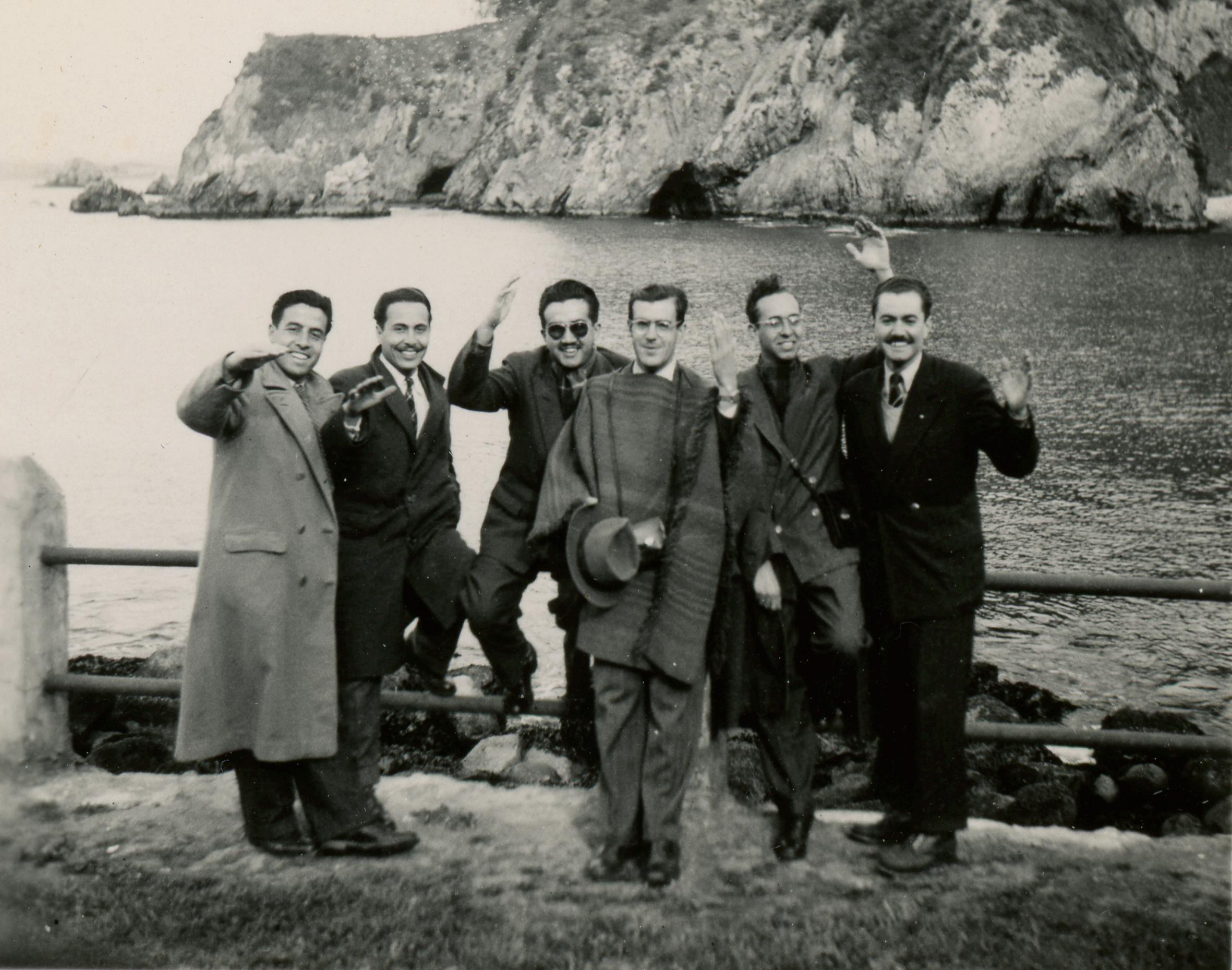 Enterreno - Fotos históricas de chile - fotos antiguas de Chile - Jóvenes en la Playa Ramuntcho en 1949