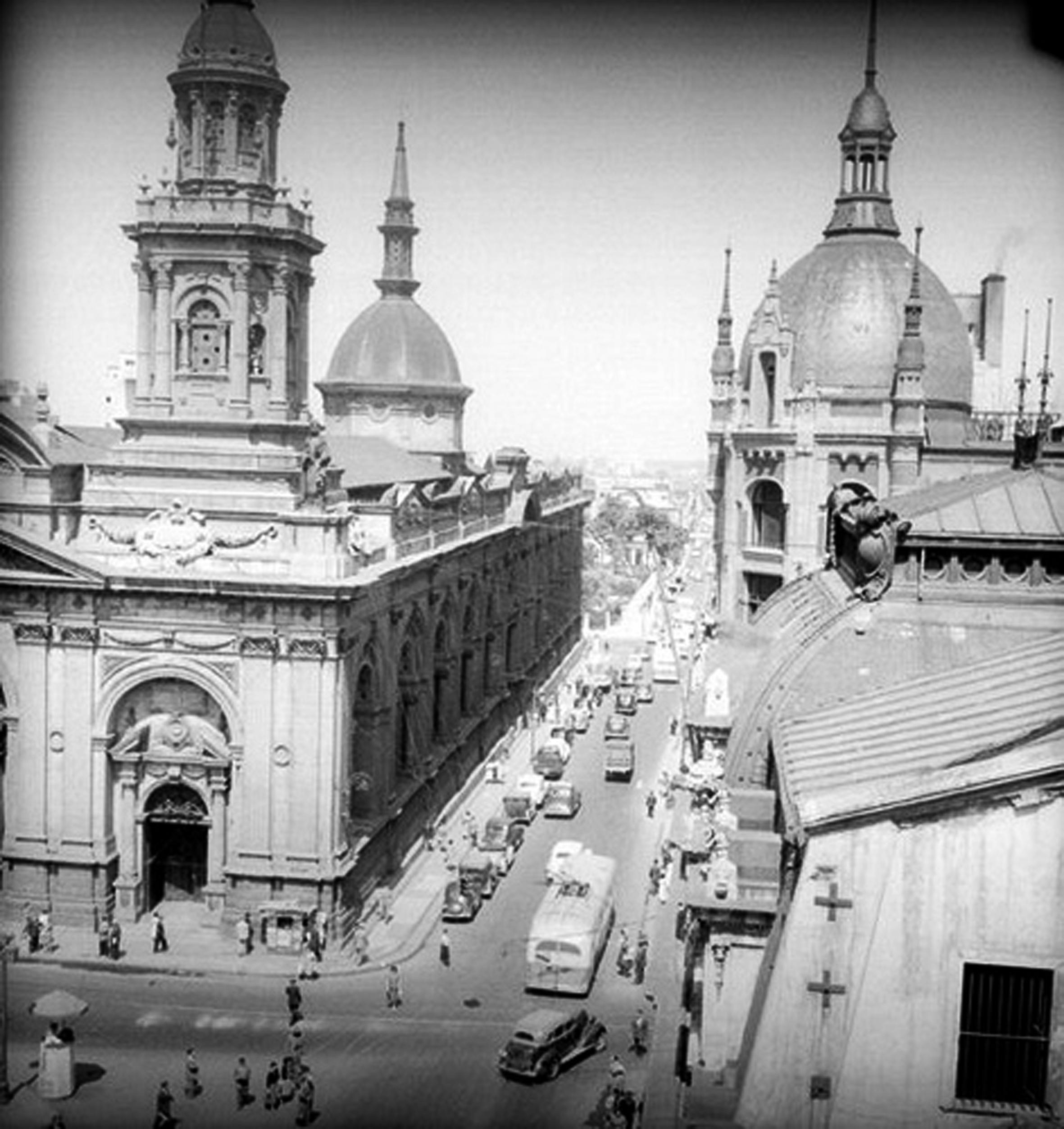 Enterreno - Fotos históricas de chile - fotos antiguas de Chile - Catedral y BAzar Krauss en los 50s