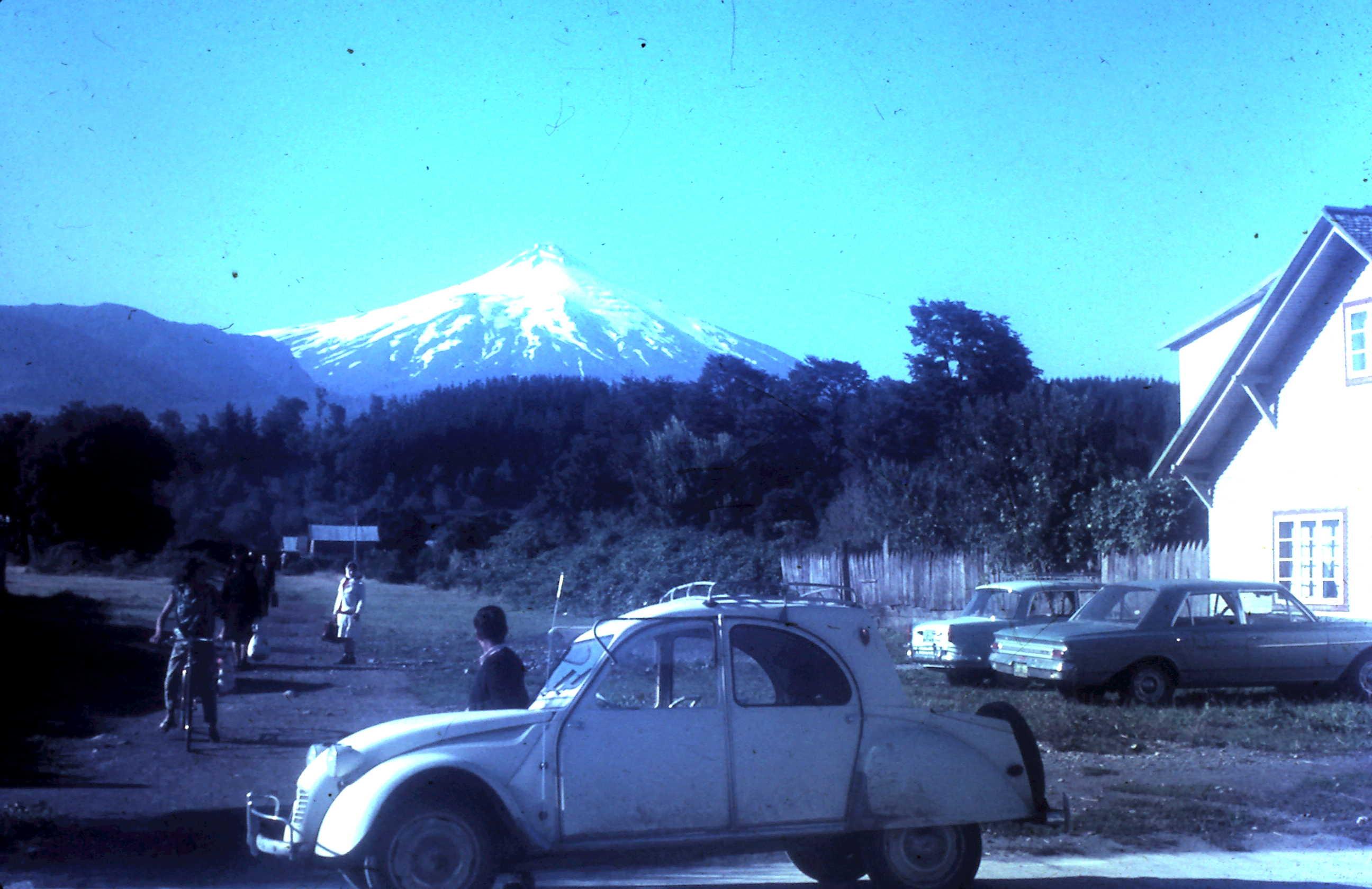 Enterreno - Fotos históricas de chile - fotos antiguas de Chile - Pucon, verano del 68 en citroneta