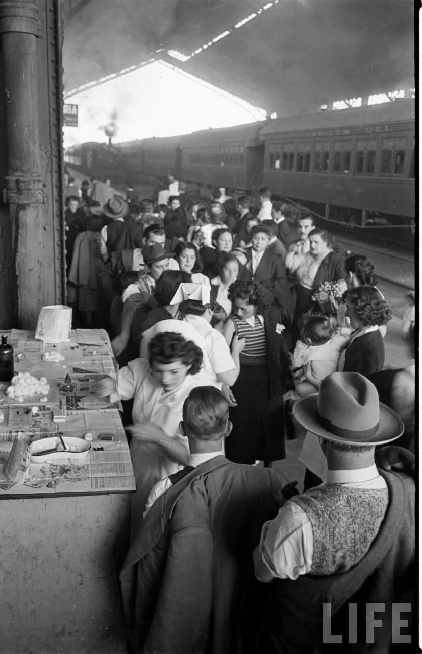 Enterreno - Fotos históricas de chile - fotos antiguas de Chile - Vacunatorio en Estación Central, 1950