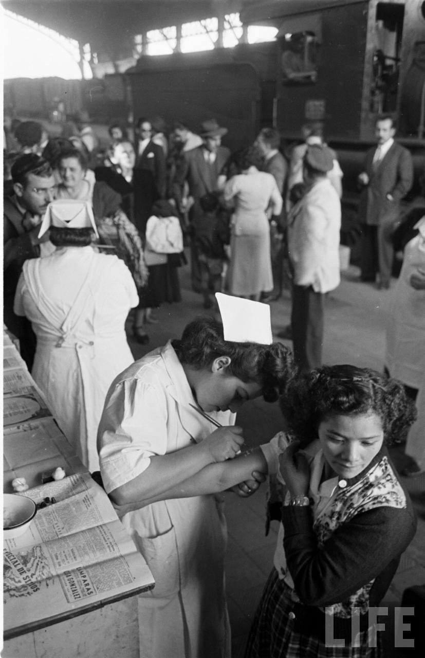 Enterreno - Fotos históricas de chile - fotos antiguas de Chile - Vacunatorio en la Estación Central, 1950