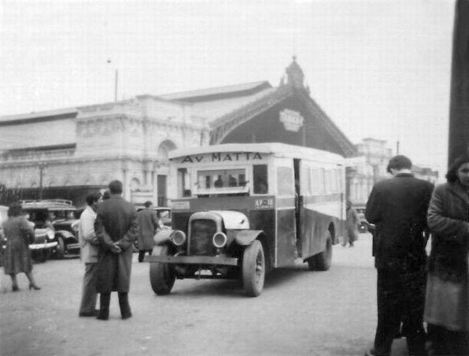 Enterreno - Fotos históricas de chile - fotos antiguas de Chile - Micro en Estación Central en 1951