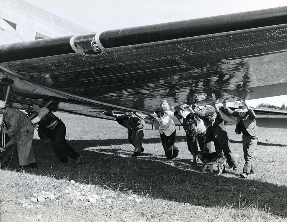 Enterreno - Fotos históricas de chile - fotos antiguas de Chile - Avión en aeródromo de Chillán, 1944