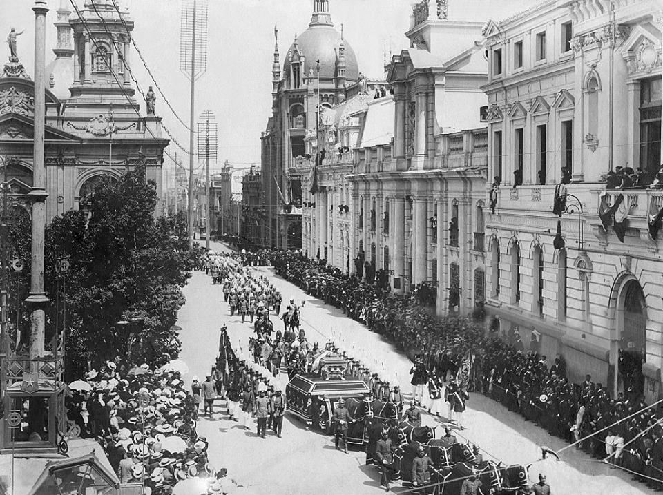 Enterreno - Fotos históricas de chile - fotos antiguas de Chile - Funeral Presidente Pedro Montt en 1910