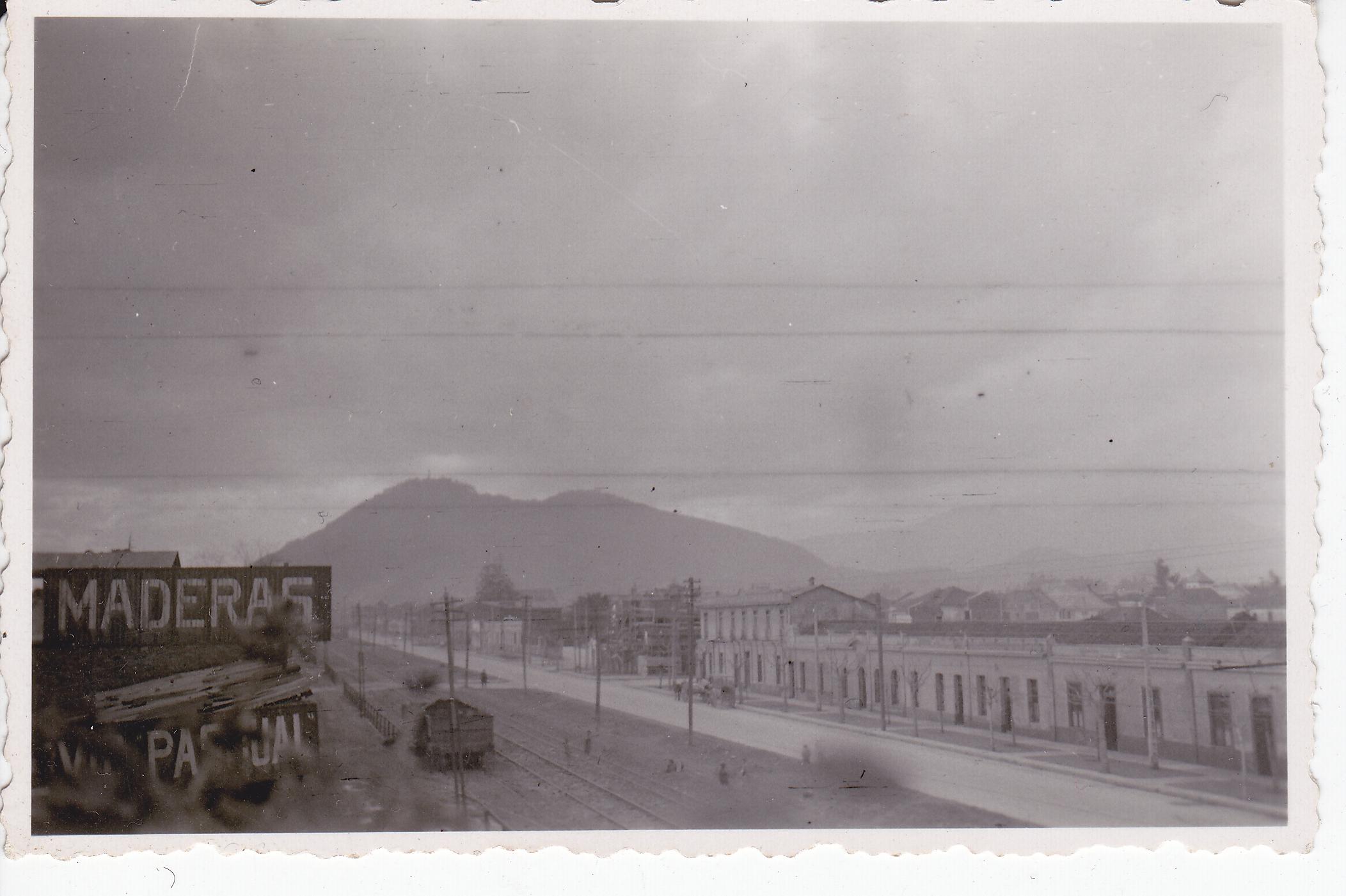 Enterreno - Fotos históricas de chile - fotos antiguas de Chile - Avenida Bustamante a la altura de Santa Isabel, ca 1940