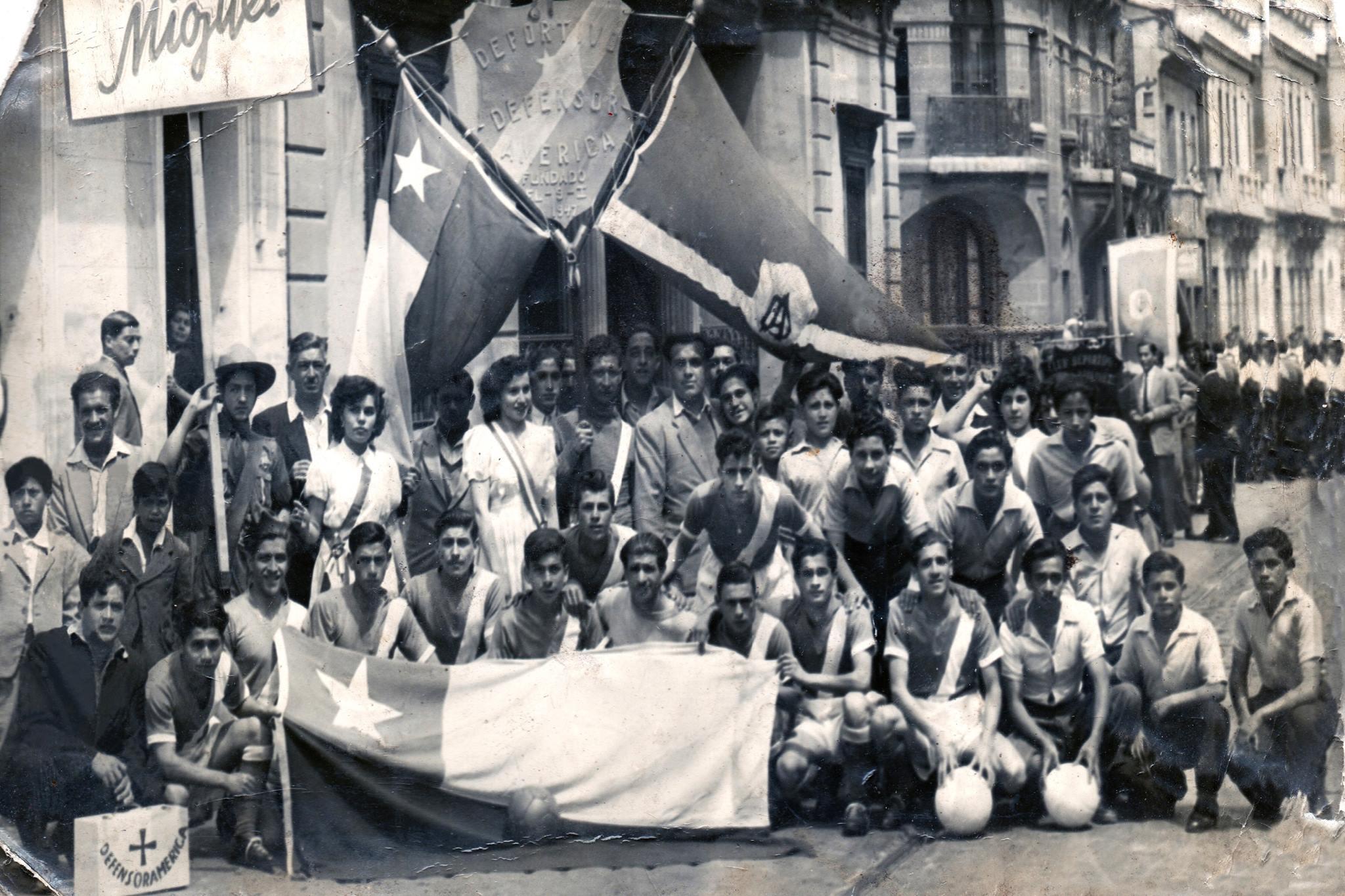 Enterreno - Fotos históricas de chile - fotos antiguas de Chile - Club Defensor América en Santiago, 1947