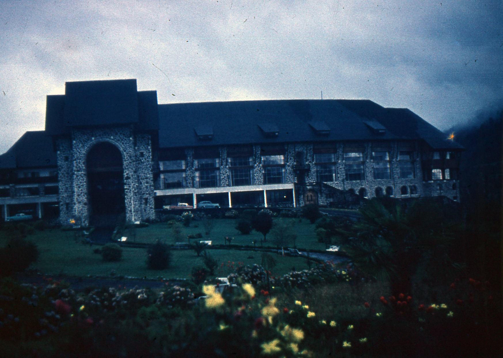 Enterreno - Fotos históricas de chile - fotos antiguas de Chile - Hotel Termas de Puyehue, 1956