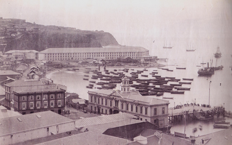Enterreno - Fotos históricas de chile - fotos antiguas de Chile - La Bolsa y Almacenes fiscales en Valparaíso año 1864