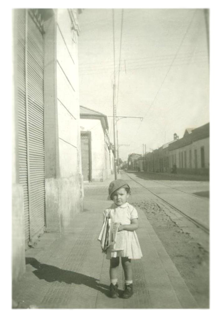Enterreno - Fotos históricas de chile - fotos antiguas de Chile - Niña con diarios en Santiago, 1959