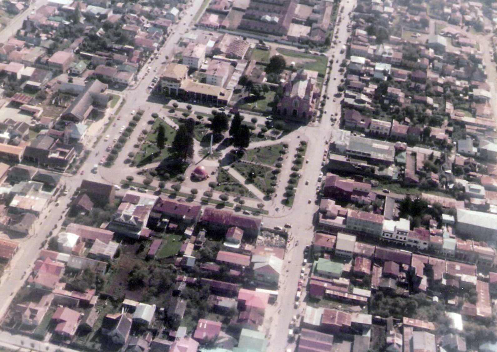 Enterreno - Fotos históricas de chile - fotos antiguas de Chile - Vista aérea de la plaza de Castro en 1983