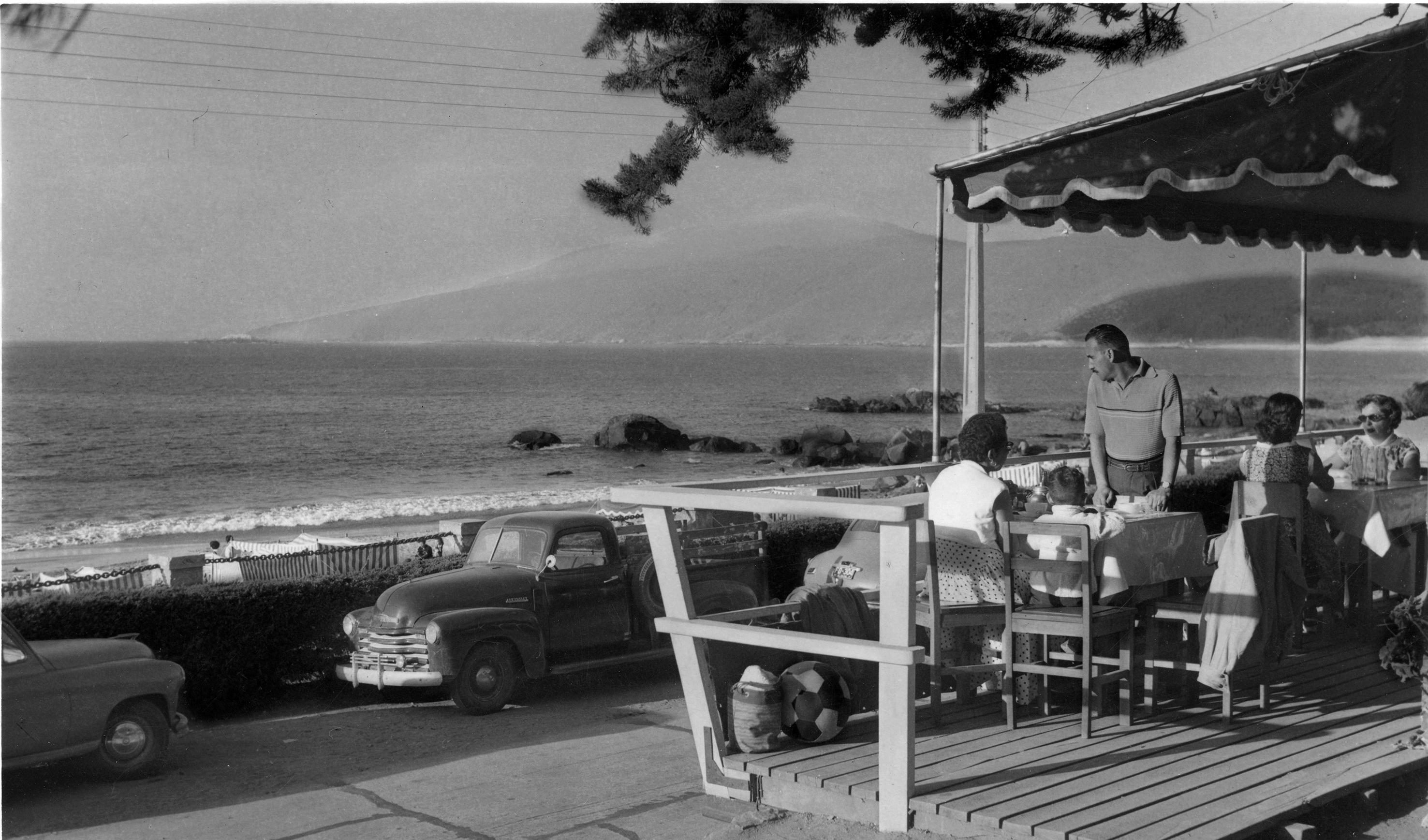 Enterreno - Fotos históricas de chile - fotos antiguas de Chile - Almuerzo en Papudo en 1950