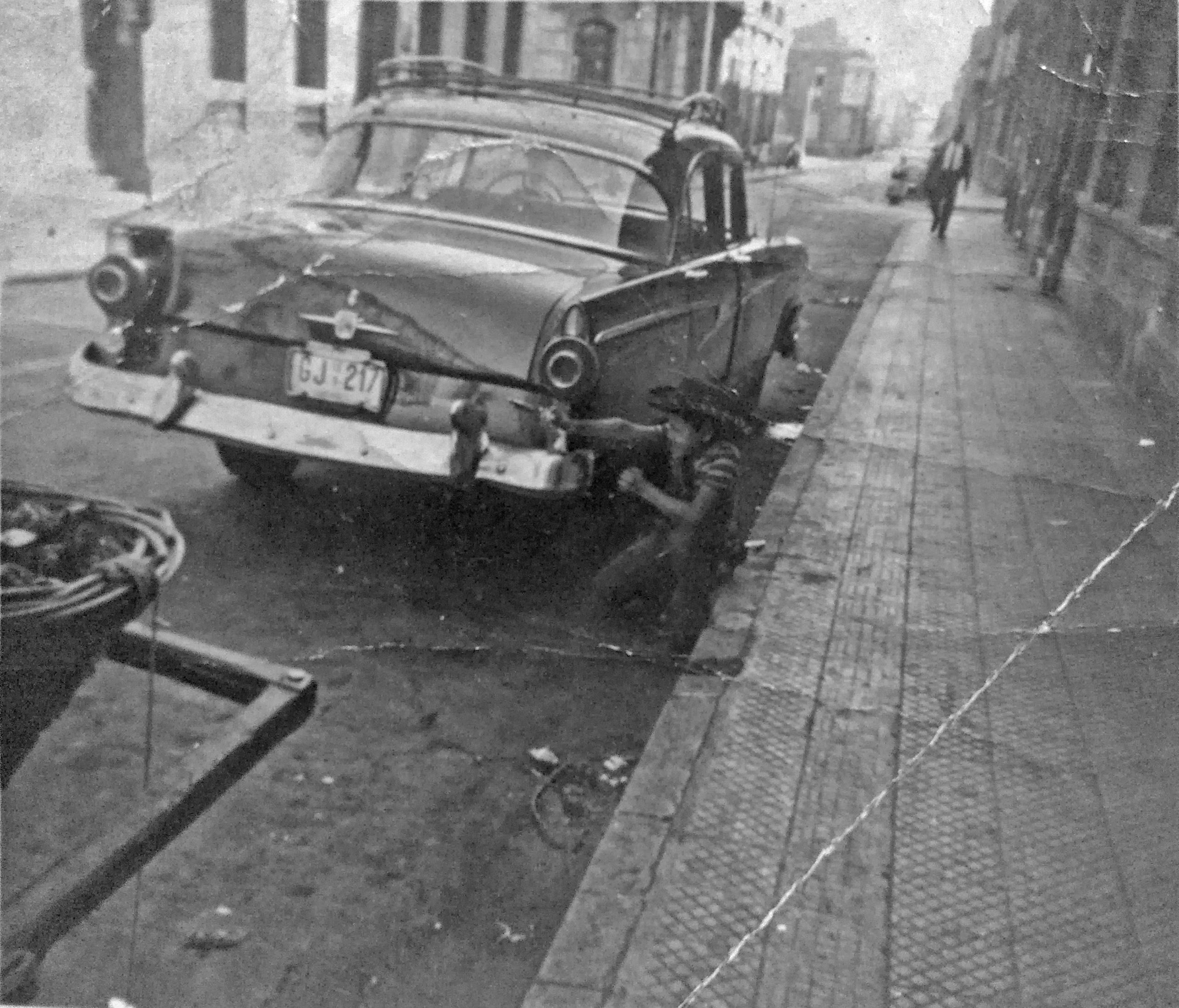 Enterreno - Fotos históricas de chile - fotos antiguas de Chile - Juego de Vaqueros en calle Huérfanos de Santiago, 1963