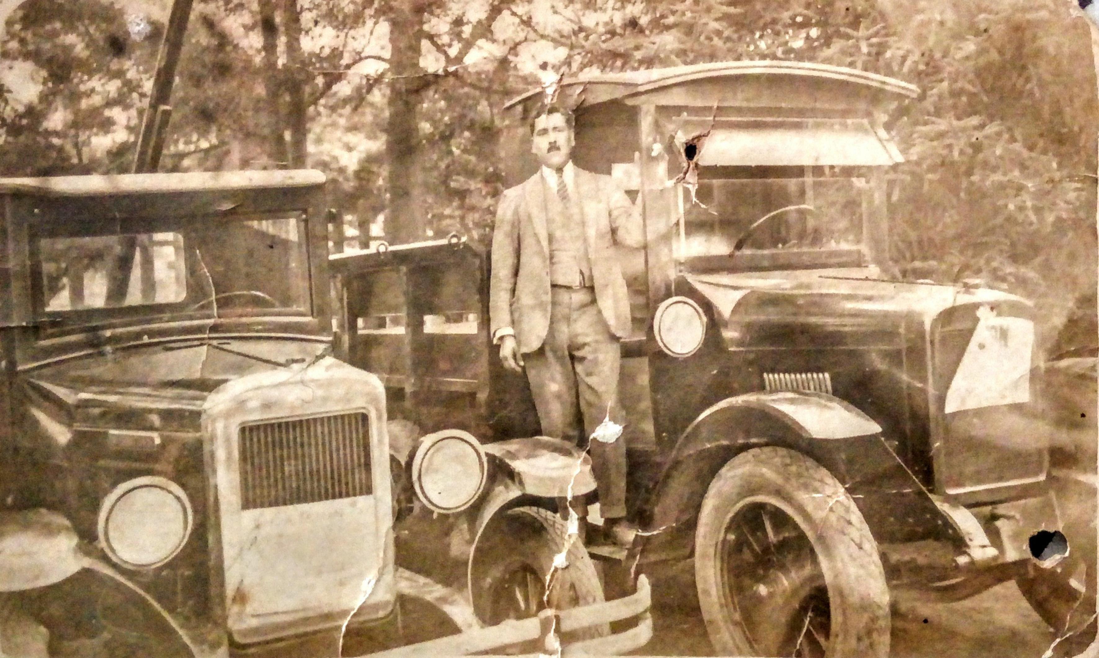 Enterreno - Fotos históricas de chile - fotos antiguas de Chile - Hombre entre automóviles, 1917