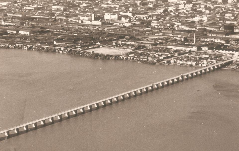 Enterreno - Fotos históricas de chile - fotos antiguas de Chile - Puente Viejo, maestranza ferroviaria y Aurora de Chile, 1960