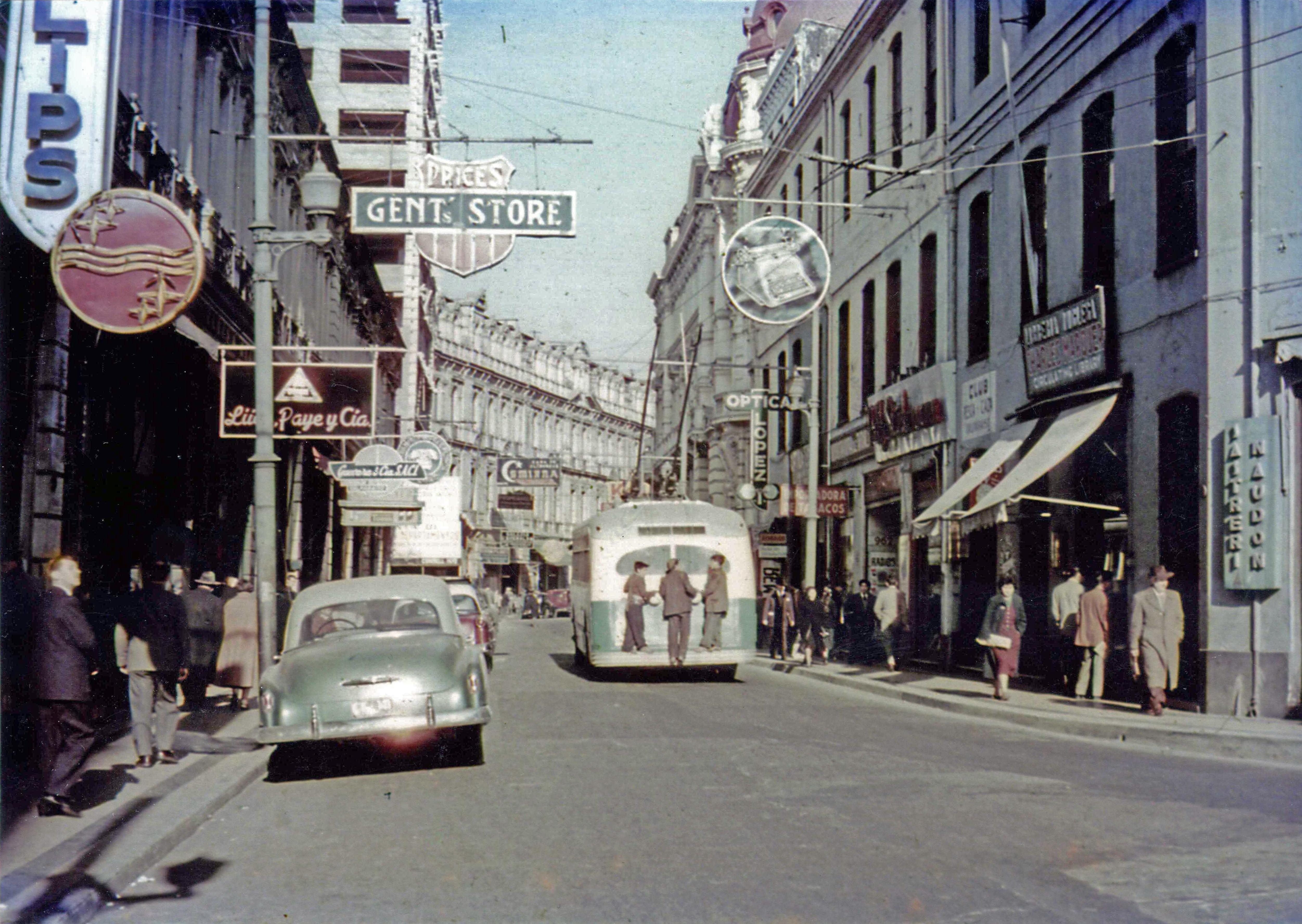 Enterreno - Fotos históricas de chile - fotos antiguas de Chile - Calle Esmeralda de Valparaíso en 1950