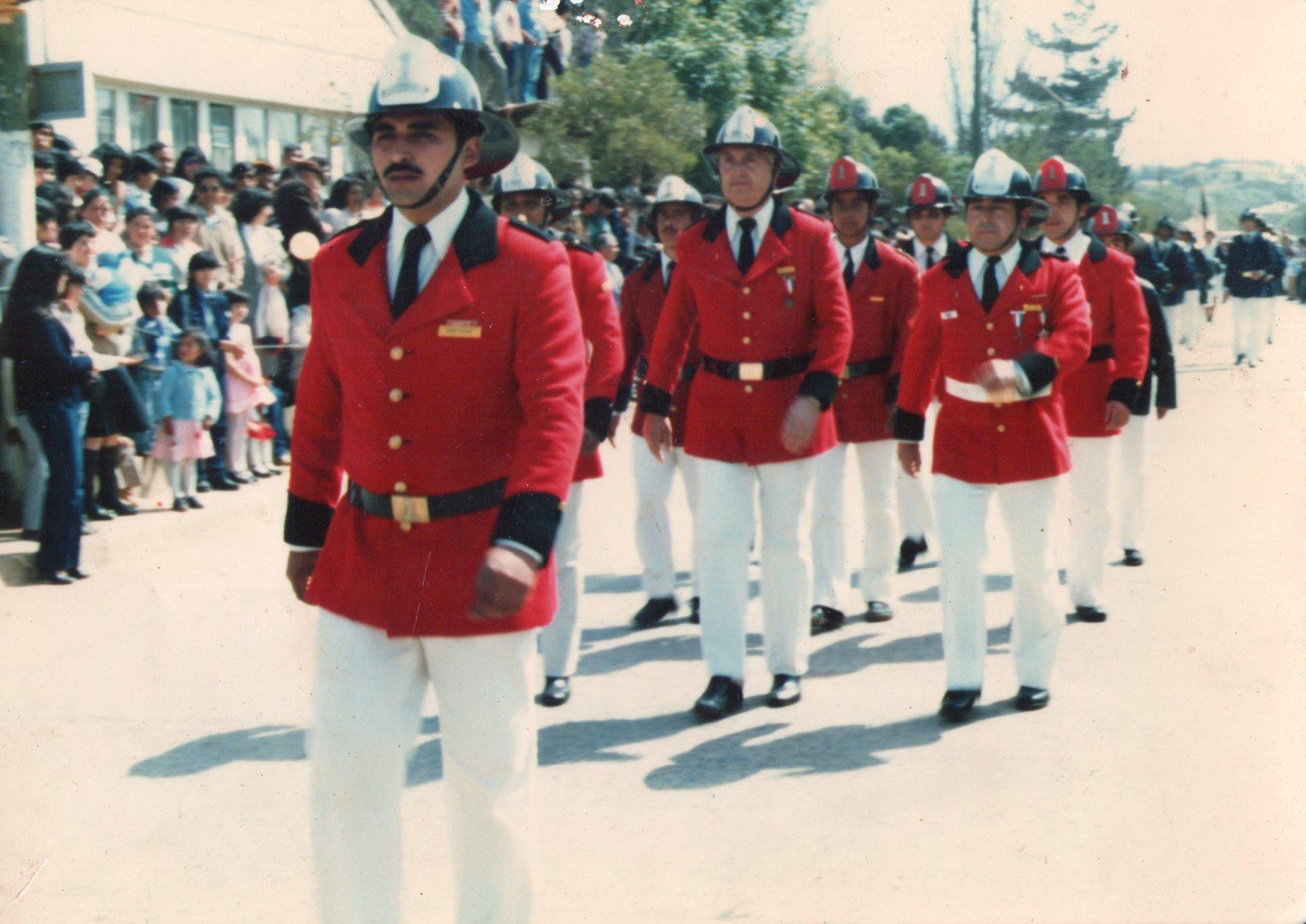 Enterreno - Fotos históricas de chile - fotos antiguas de Chile - Desfile de Bomberos en Quintero, 1980