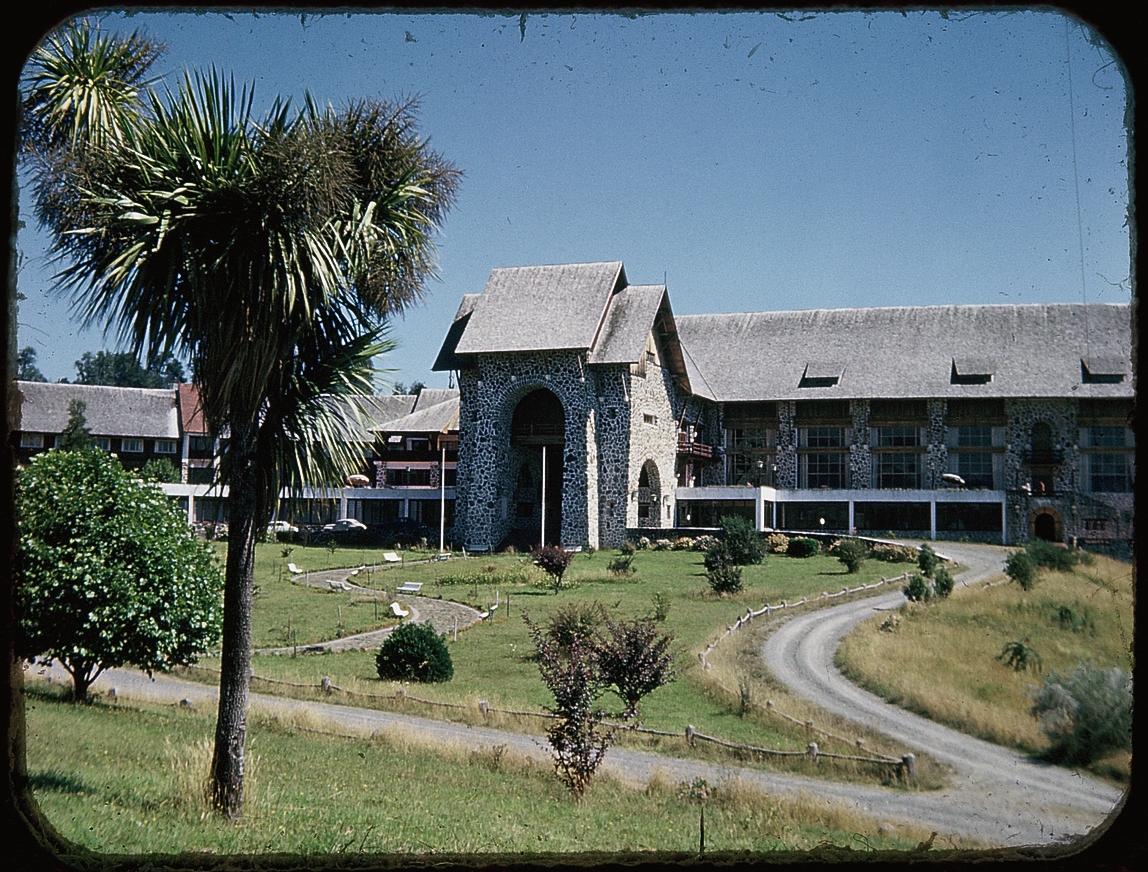 Enterreno - Fotos históricas de chile - fotos antiguas de Chile - Hotel Termas de Puyehue en 1953