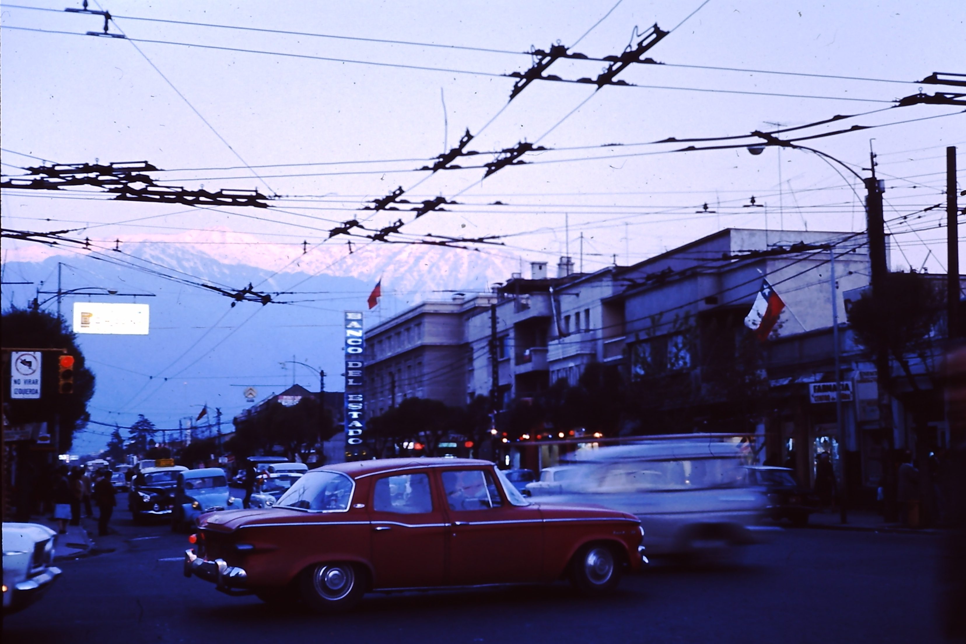 Enterreno - Fotos históricas de chile - fotos antiguas de Chile - Avenida Irarrázaval en los 70s
