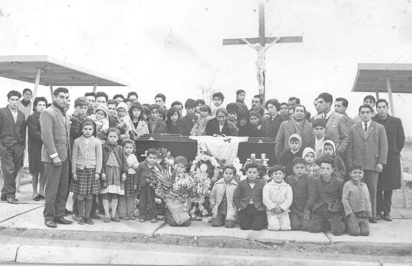 Enterreno - Fotos históricas de chile - fotos antiguas de Chile - Funeral en el Cementerio Metropolitano, 1964