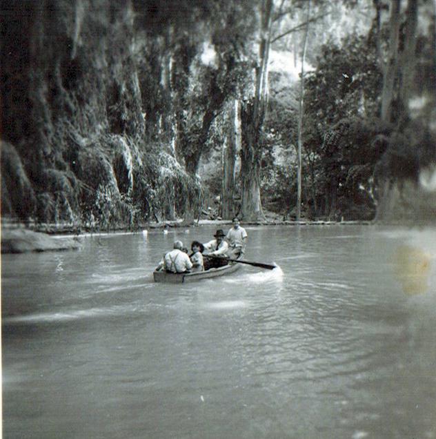 Enterreno - Fotos históricas de chile - fotos antiguas de Chile - Paseo en bote en las Termas de Cauquenes, 1945