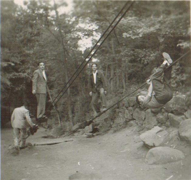Enterreno - Fotos históricas de chile - fotos antiguas de Chile - Jugando en las Termas de Cauquenes, 1945