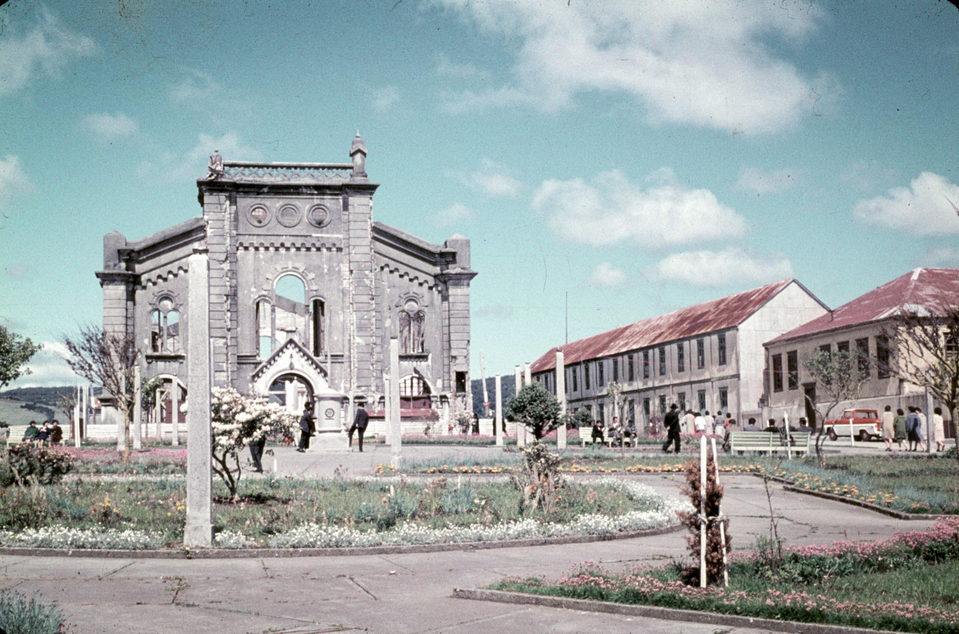Enterreno - Fotos históricas de chile - fotos antiguas de Chile - Demolición Catedral de Ancud, 1961