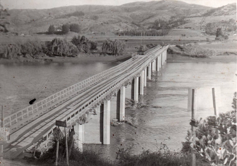 Enterreno - Fotos históricas de chile - fotos antiguas de Chile - Puente Escalones de Licantén en 1950