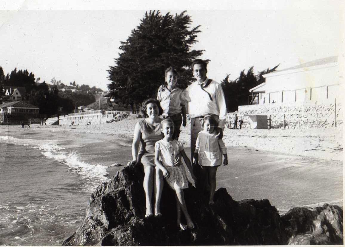 Enterreno - Fotos históricas de chile - fotos antiguas de Chile - Familia en Playa EL Morro de tomé, 1967
