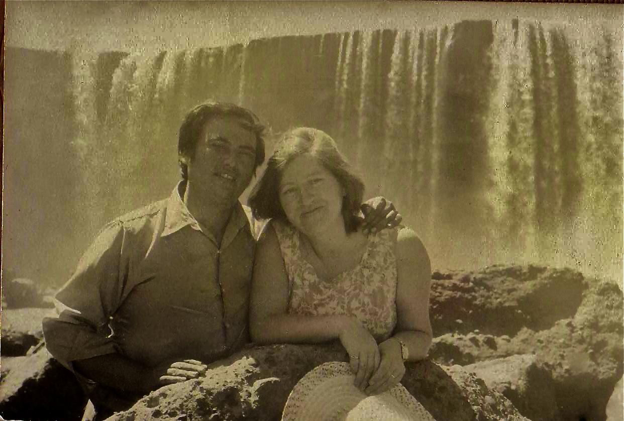 Enterreno - Fotos históricas de chile - fotos antiguas de Chile - Pareja en los Salto del Laja en 1973