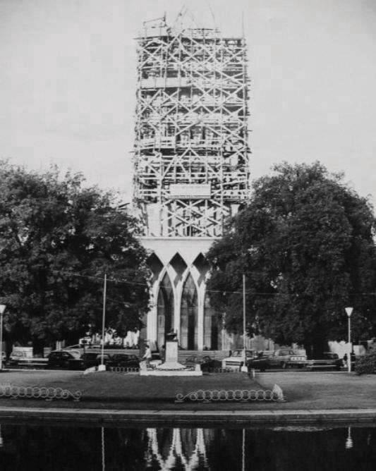 Enterreno - Fotos históricas de chile - fotos antiguas de Chile - Construcción de la catedral  de Osorno 1980
