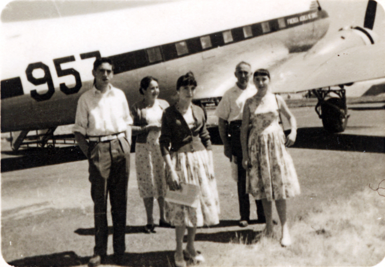 Enterreno - Fotos históricas de chile - fotos antiguas de Chile - Regresando de un vuelo en 1958