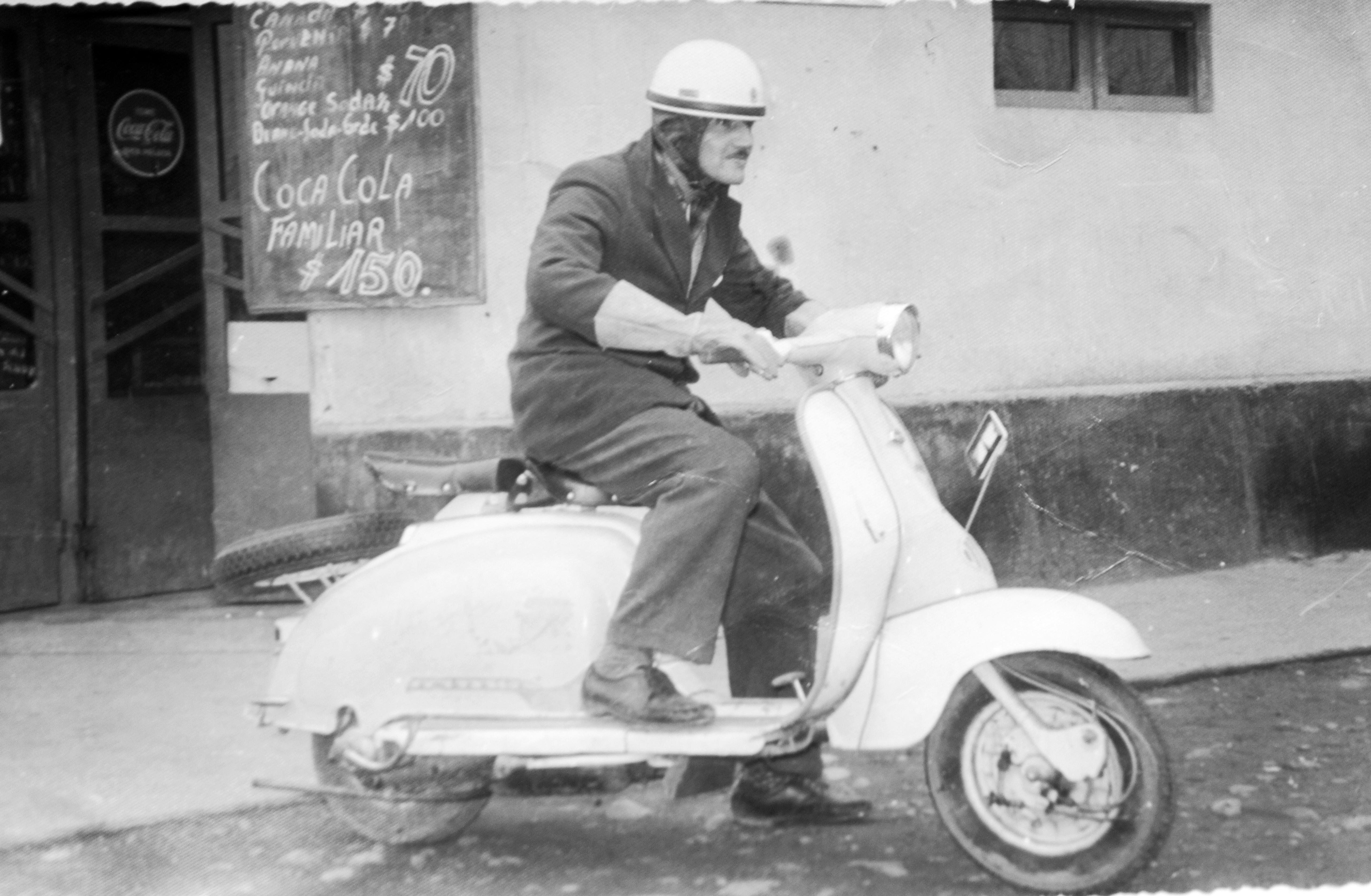 Enterreno - Fotos históricas de chile - fotos antiguas de Chile - Don Nano y su moto en 1960
