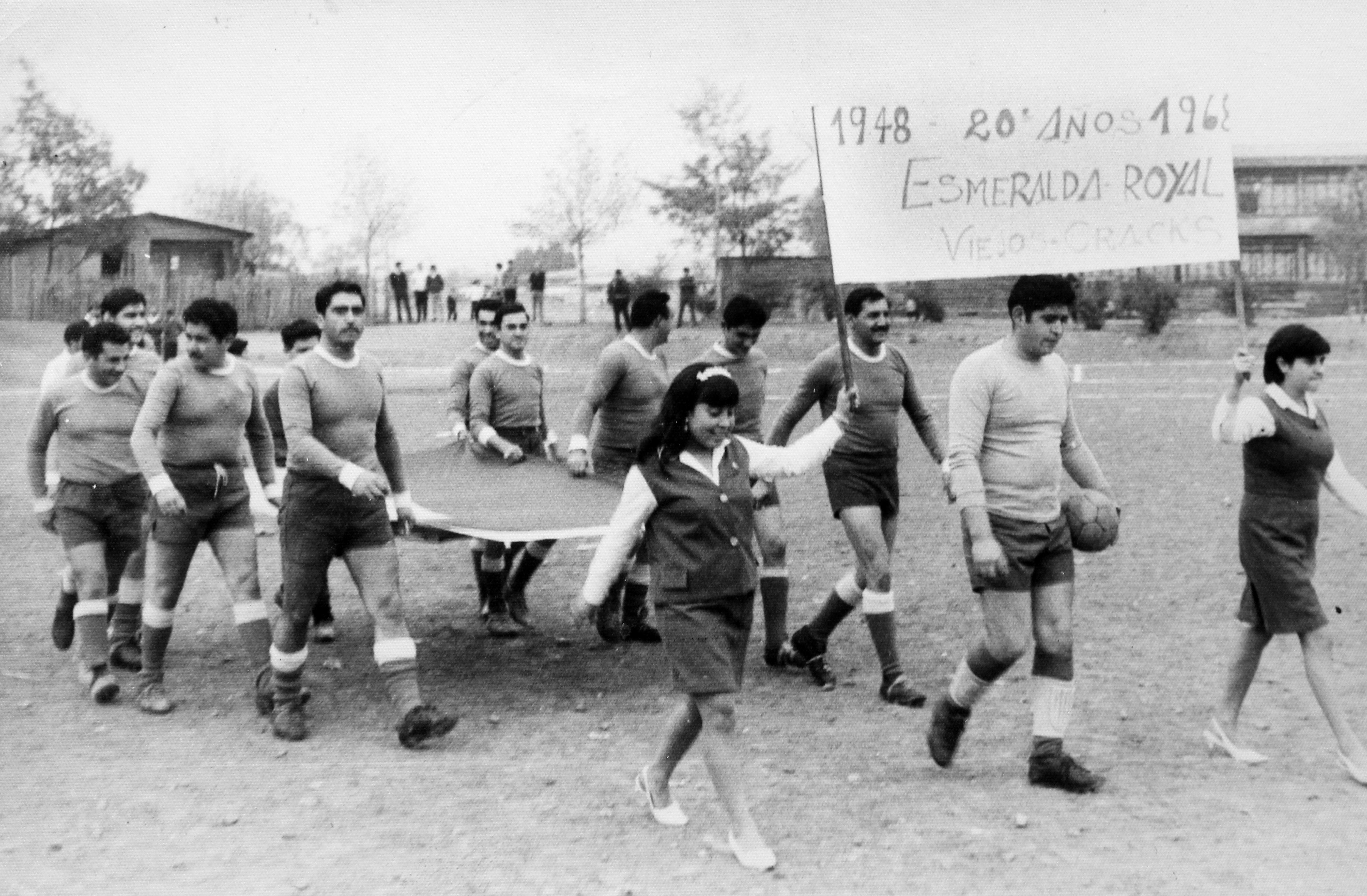 Enterreno - Fotos históricas de chile - fotos antiguas de Chile - Equipo de fútbol de barrio en 1968