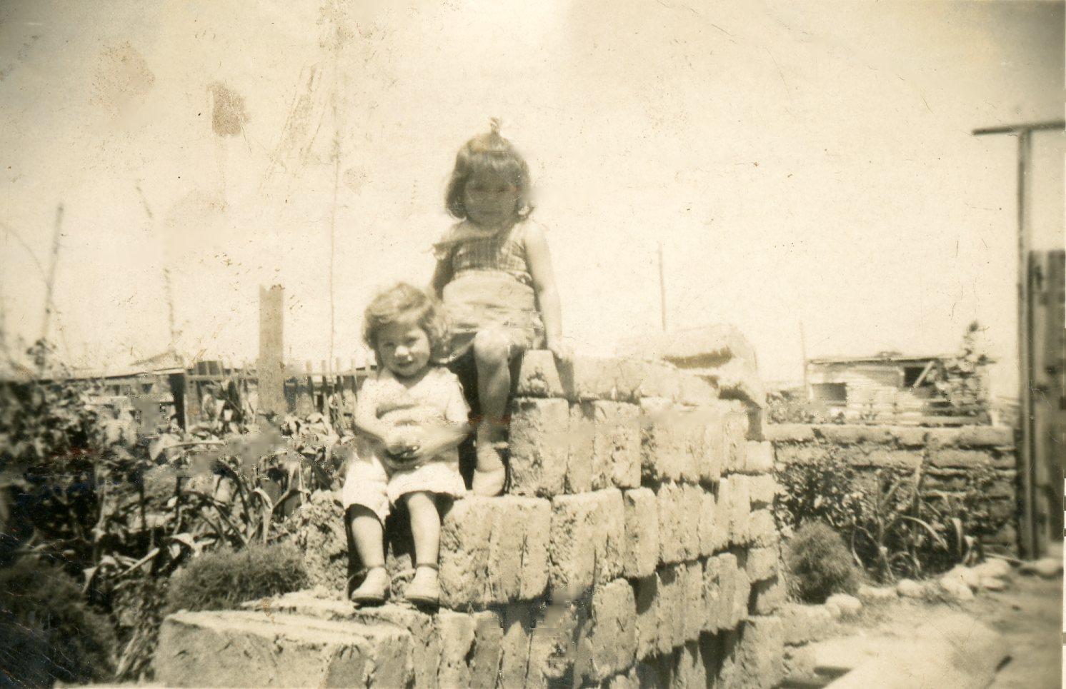 Enterreno - Fotos históricas de chile - fotos antiguas de Chile - Niñas sobre ladrillos en 1960
